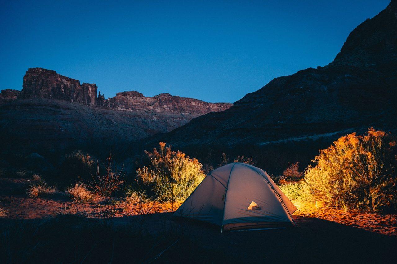新型ジムニーで車中泊キャンプはできる?気持ちよく寝るためのおすすめグッズも紹介