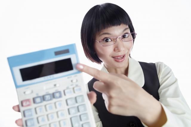 計算機を持つ女性