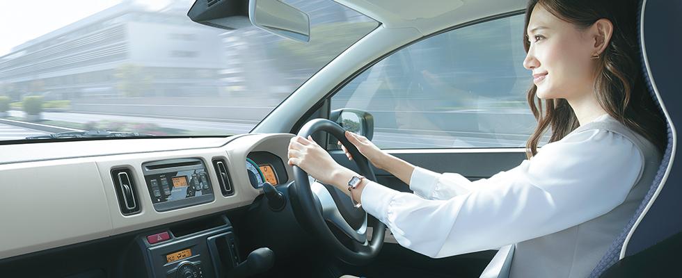 アルトを運転する女性